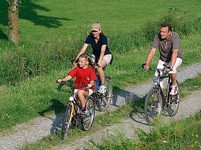 Familie beim Radfahren Willingen